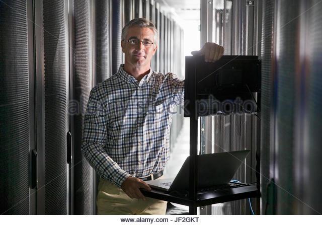 Porträt des Technikers mit Laptop arbeiten im sicheren Rechenzentrum Stockbild
