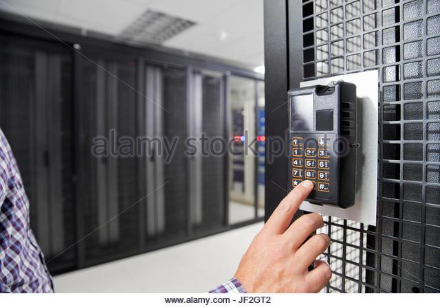 Nahaufnahme des Technikers mit Fingerabdruck-Scanner-Rechenzentrum Stockbild