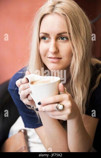 Junge blonde Frau Kaffee trinken Stockbild