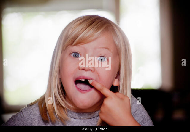 Porträt des jungen Mädchens Lücke Zahn Stockbild