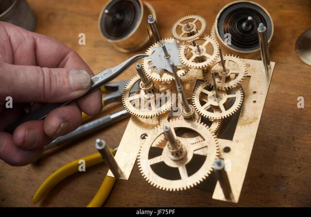 Uhrmacher Werkzeuge mit Zahnrädern Stockbild