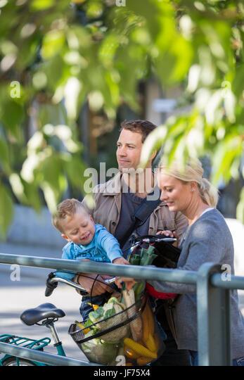Porträt von Eltern mit Sohn im park Stockbild