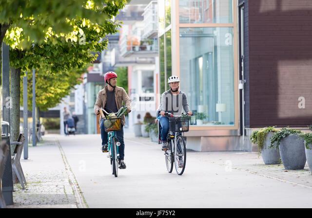 Paar Radfahren auf Bürgersteig Stockbild