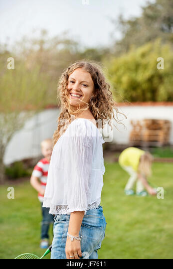 Frau spielt Badminton mit Kindern Stockbild
