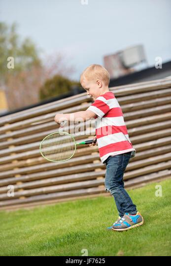 Junge Badminton spielen Stockbild