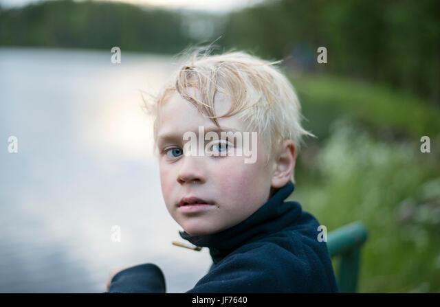 Porträt des blonden Jungen See Stockbild