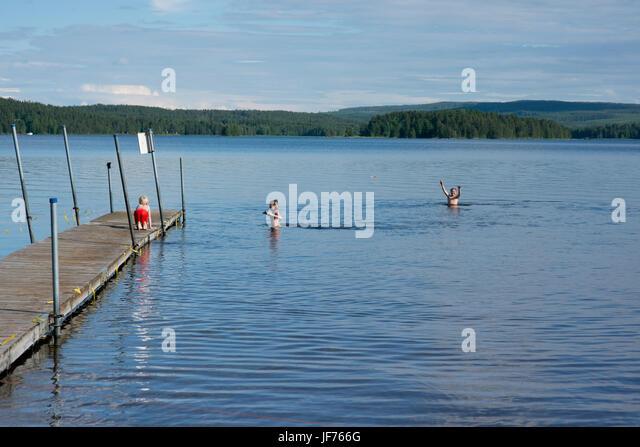 Drei Jungen schwimmen im See Stockbild