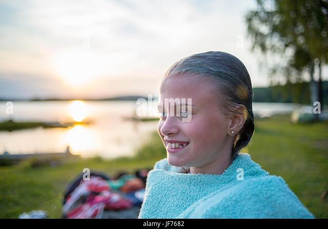 Mädchen See bei Sonnenuntergang Stockbild