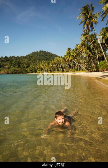Junge, Schwimmen im Meer Stockbild