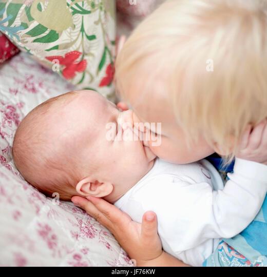 Junge kleine Bruder küssen Stockbild