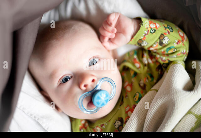 Baby Junge mit Schnuller Stockbild
