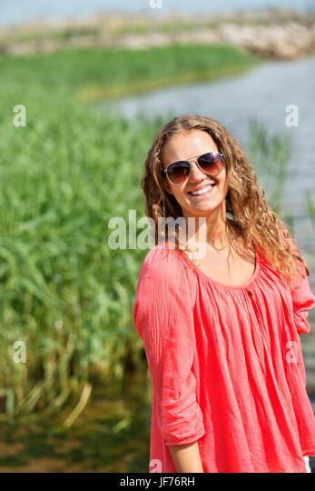 Porträt der lächelnde junge Frau Stockbild