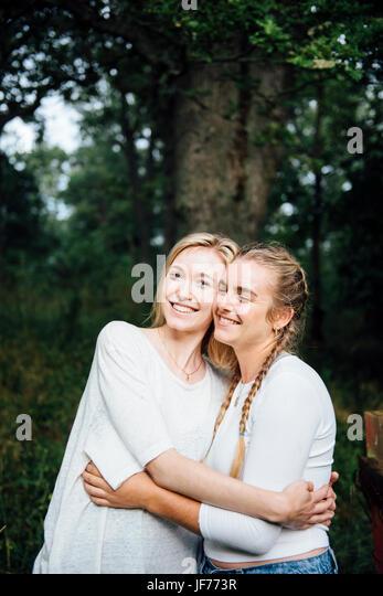 Zwei junge Frauen umarmen Stockbild
