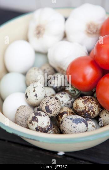 Eiern, Knoblauch und frischen Tomaten in Schüssel Stockbild