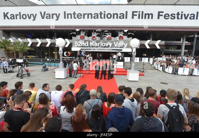 Fans und Journalisten warten auf die Eröffnung der 52. Internationalen Filmfestspiele in Karlovy Vary, Tschechische Stockbild