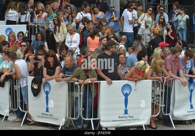 Karlovy Vary, Tschechien. 30. Juni 2017. Menschen warten, um die Eröffnung der 52. Internationalen Filmfestspiele Stockbild