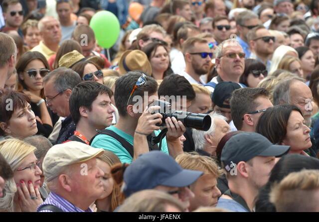 Karlovy Vary, Tschechien. 30. Juni 2017. Fans und Journalisten warten auf die Eröffnung der 52. Internationalen Stockbild