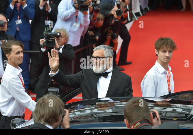 Karlovy Vary, Tschechien. 30. Juni 2017. Präsident des KVIFF Jiri Bartoska (Mitte) begrüßt Fans und Stockbild