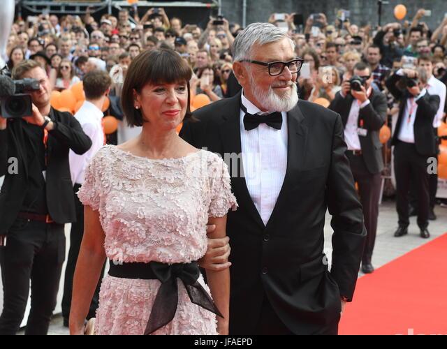 Karlovy Vary, Tschechien. 30. Juni 2017. Präsident des KVIFF Jiri Bartoska (rechts) und seine Frau Andrea (links) Stockbild