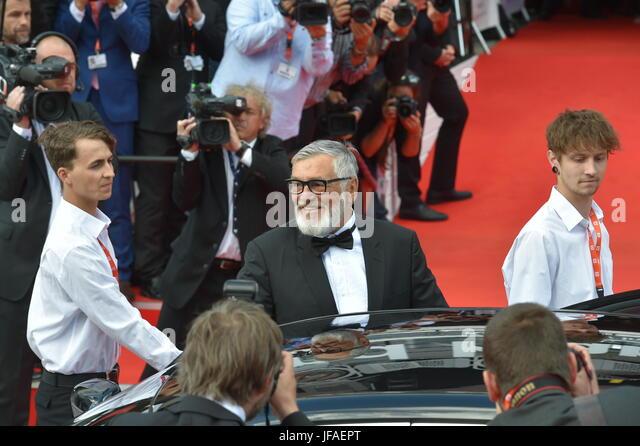 Karlovy Vary, Tschechien. 30. Juni 2017. Präsident des KVIFF Jiri Bartoska (Mitte) kommt zur Eröffnungsfeier Stockbild