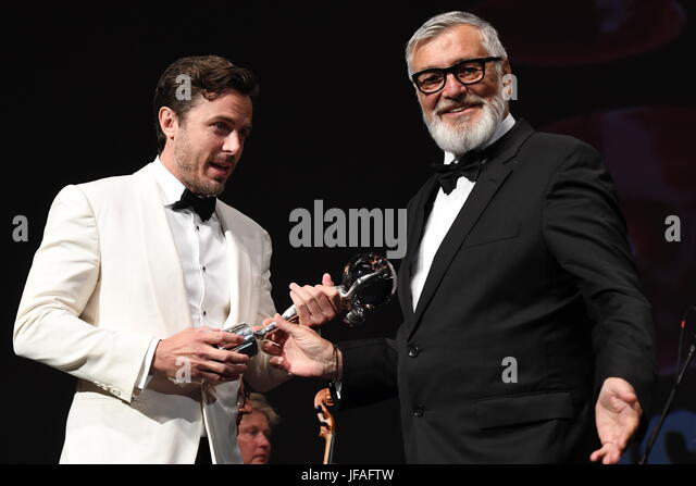 Karlovy Vary, Tschechien. 30. Juni 2017. US-amerikanischer Schauspieler CASEY AFFLECK (links) erhält das Festival Stockbild