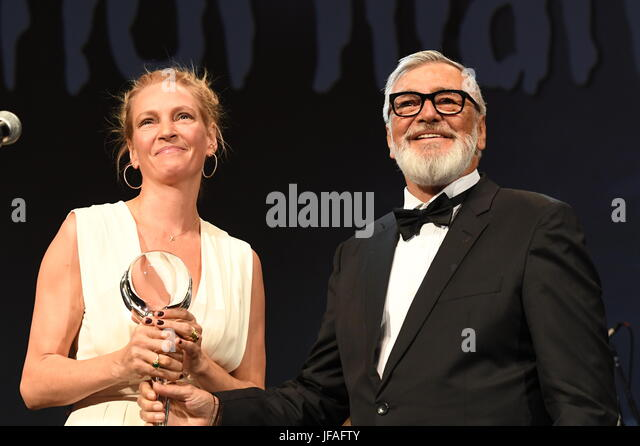Karlovy Vary, Tschechien. 30. Juni 2017. US-amerikanische Schauspielerin Uma Thurman (links) erhält das Festival Stockbild