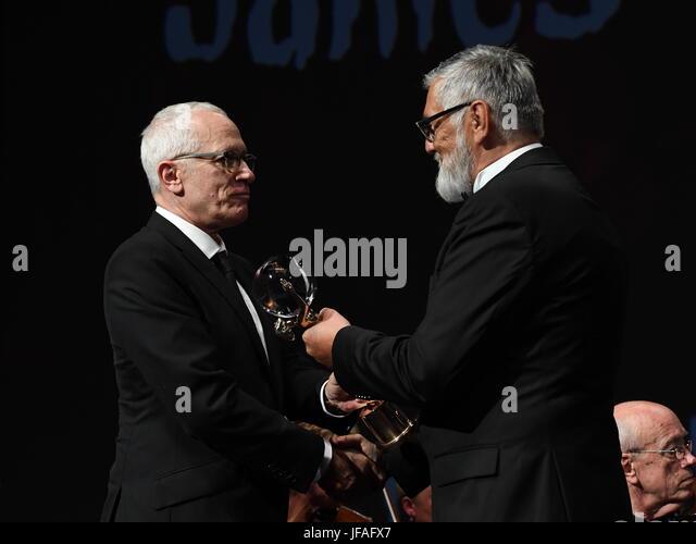 Karlovy Vary, Tschechien. 30. Juni 2017. Amerikanischen Komponisten James Newton Howard (links)) erhält Crystal Stockbild