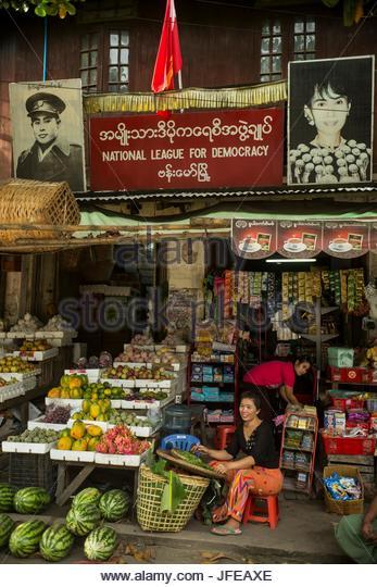 Ein Bild des politischen Führers Aung San Suu Kyi hängt über einem Marktstand. Stockbild