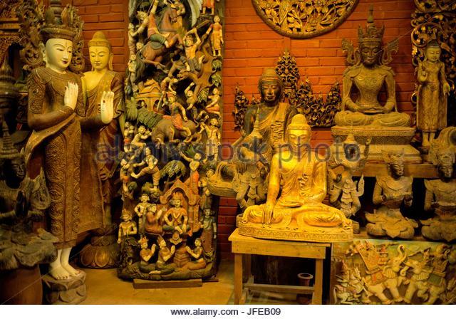 Hölzerne Statuen von Buddha in Aung Nan Werkstatt. Stockbild