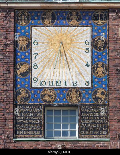 Bunte Sonnenuhr im Hochzeitsturm Turm, Mathildenhöhe, Darmstadt, Hessen, Europa I Sonnenuhr, Mathildenhöhe, Stockbild