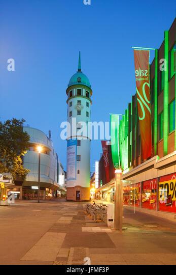 Weisser Turm, weißer Turm und Ernst-Ludwig-Straße in der Abenddämmerung, Darmstadt, Hessen, Deutschland, Stockbild