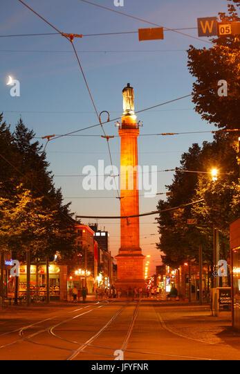 Luisenplatz Platz mit Ludwigsmonument Columne in der Abenddämmerung, Darmstadt, Hessen, Europa I Luisenplatz Stockbild