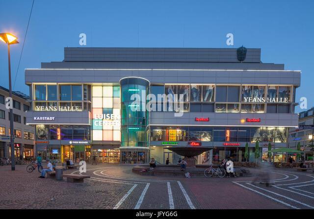 Shopping Mall Luisenplatz Center am Luisenplatz Platz in der Abenddämmerung, Darmstadt, Hessen, Europa I Luisenplatz Stockbild