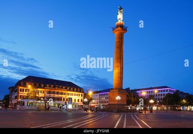 Platz der Luisenplatz mit Ludwigsmonument Columne und Regional Council Building in der Abenddämmerung, Darmstadt, Stockbild