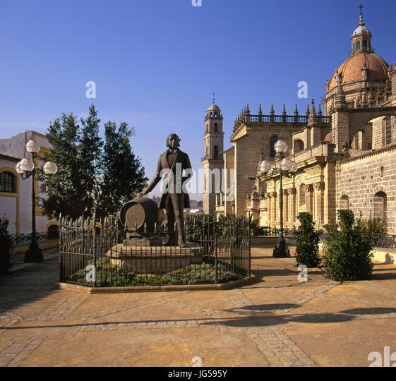 Statue von Manuel Maria Gonzalez Angel mit Tio Pepe Sherry Fass stehen zwischen der Bodega Gonzalez Byass und Jerez Stockbild