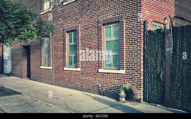 Retro getönten Straße und Backstein-Gebäude in New York City, Dumbo Nachbarschaft, USA. Stockbild