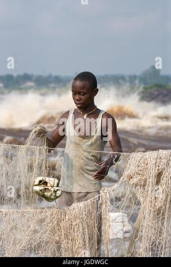 Republik Kongo, Vorort von BRAZZAVILLE - 9. Mai 2007: Junge Männer fangen Fische am Ufer des Flusses Kongo. Stockbild