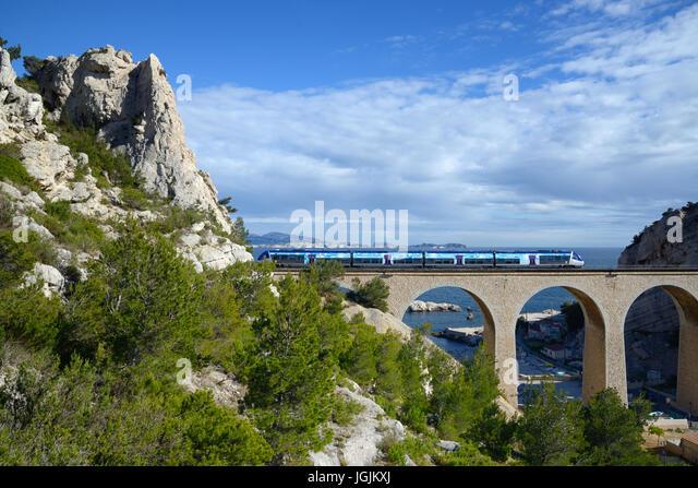 Lokalen oder regionalen Zug überqueren Eisenbahnviadukt bei La Vesse Calanque auf dem Mittelmeer La Côte Stockbild