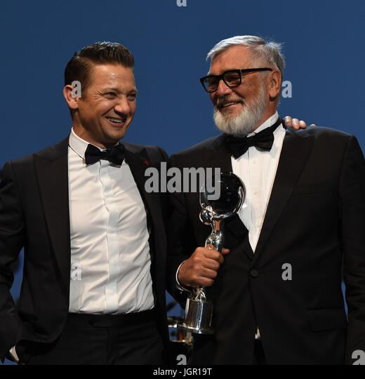Karlovy Vary, Tschechien. 8. Juli 2017. US-Schauspieler Jeremy Renner (links) gewann Festival President Award für Stockbild