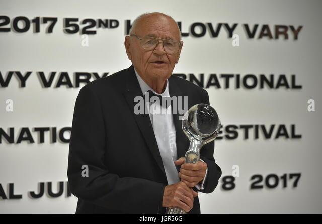 Karlovy Vary, Tschechien. 8. Juli 2017. Tschechischer Drehbuchautor und Regisseur Vaclav Vorlicek erhält das Stockbild