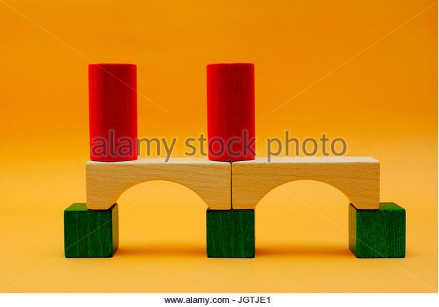 Ein Viadukt aus Bauklötzen Entsteht. Stockbild