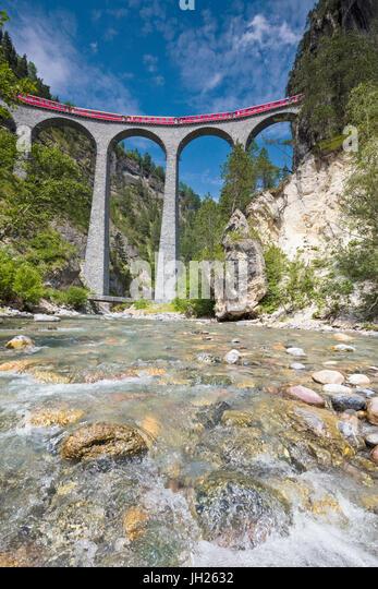 Alpine Stream unterhalb der Bernina Express Zug am Landwasser Viadukt, Filisur, Albula-Tal, Kanton Graubünden, Stockbild