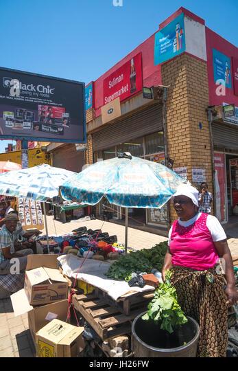 Straßenszene mit Gemüse Verkäufer im Herzen von Soweto (South Western Township), Johannesburg, Südafrika, Stockbild