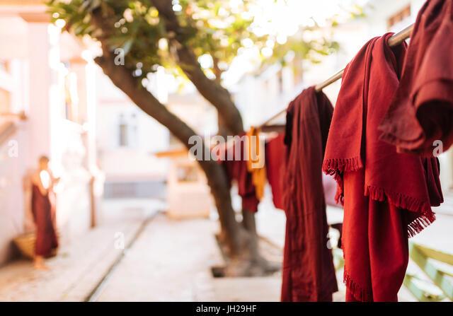 Buddhistischen Mönchen Roben hängen zum Trocknen, Amarapura, Mandalay, Mandalay Region, Myanmar (Burma), Stockbild