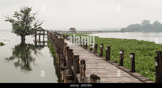 U Bein Brücke am regnerischen Tag in Mandalay, Myanmar. Die Brücke ist vermutlich die älteste und Stockbild