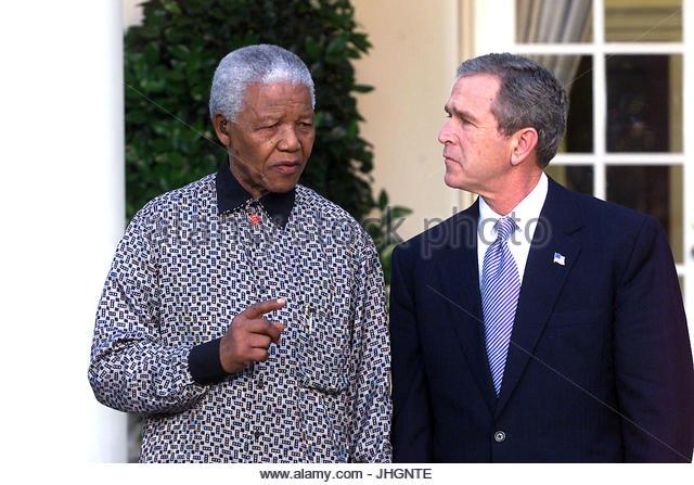 US-Präsident George W. Bush hält eine Medien-Verfügbarkeit außerhalb des Oval Office zu bieten, Stockbild