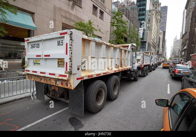 Linie der Bau Lkw mit Sand als Verteidigung außerhalb Trump Tower an der Fifth Avenue in Midtown New York City Stockbild