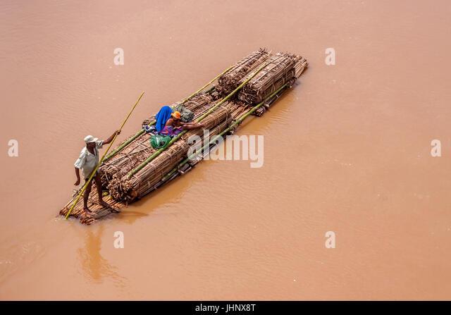 Transport von Gütern auf der Bambus-Floß in der Nähe von Ambilobe, Norden von Madagaskar am 12. November Stockbild