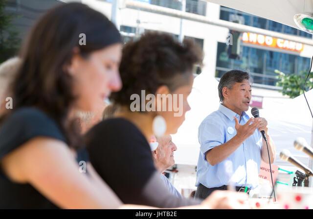 Seattle, Washington: Zustand-Senator Bob Hasegawa spricht bei einem Forum in West Seattle Sommerfest. Von den 21 Stockbild