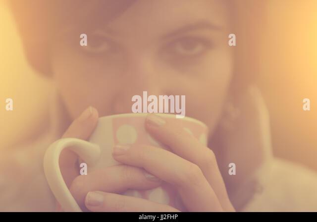 Frau mit Kaffee / Tee Becher bei Herbst Sonnenaufgang Stockbild